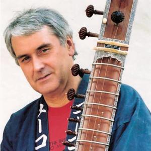 Georg Lawall mit Sitar